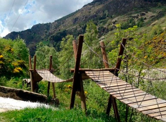 Este es el 'puente tibetano' ¿Te atreves a cruzarlo? 😏 Si quieres llegar al final de la ruta no hay más remedio que hacerlo 😂