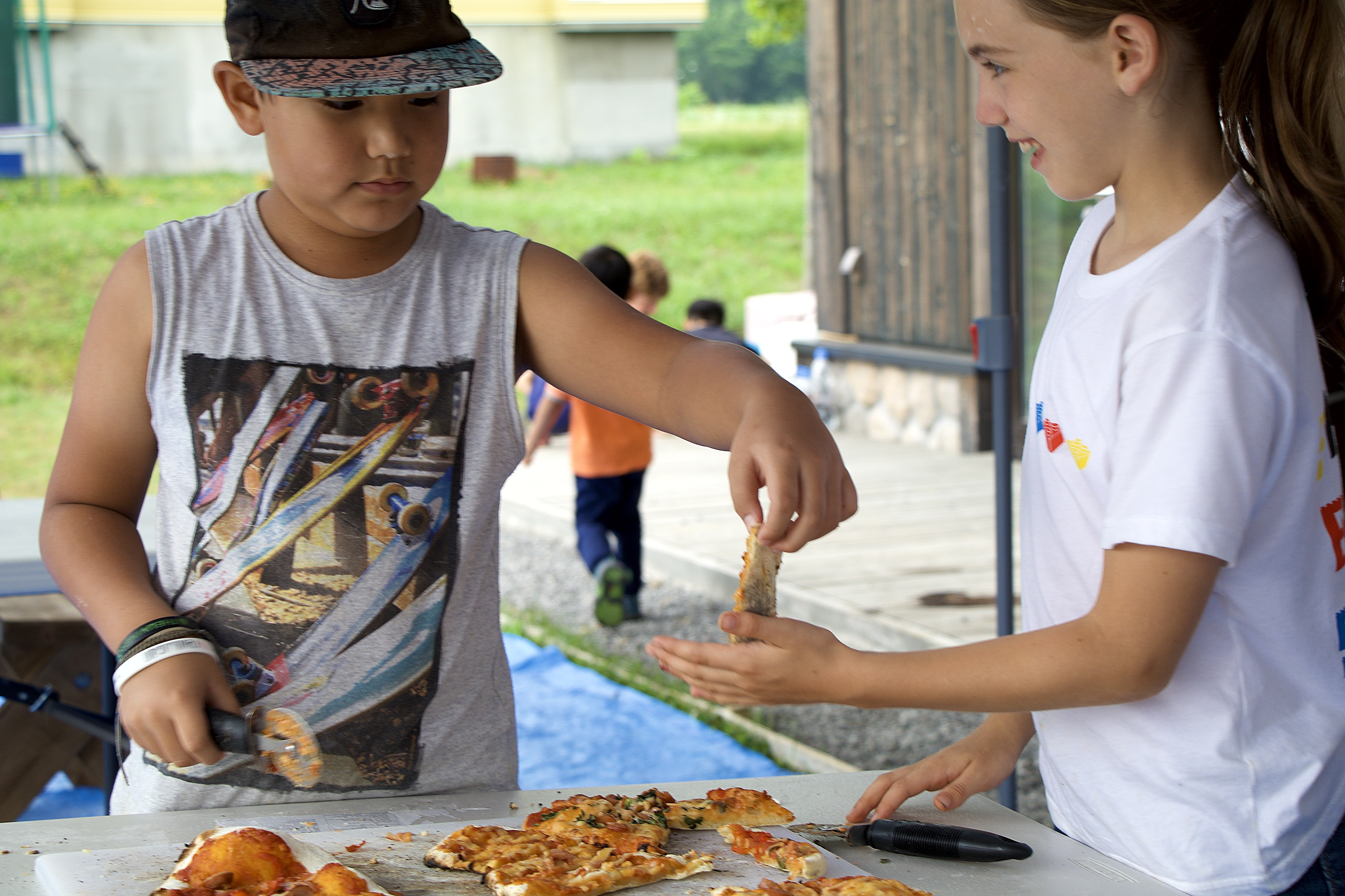 EdVenture will be offering a special program on the 15th of August from 11:00 - 15:00 o'clock. The outdoor activities that children will be able to enjoy at The Orchards are: fun team games, pizza masterclass (lunch included) and kokedama making. The EdVenture team will be offering pick up from 10:30 am at Mount Kiosk (next to the Welcome Centre).                                           ***Please note that all the activities of the program will be only in English, but there will be some Japanese staff at the location.                                      ***Min age accepted is 3 years old                                                                                                                                                        ***All participating children must be toilet trained                                 EdVenture(エドベンチャー)は、ヨガクラスに保護者が参加されるお子様を対象とした特別プログラムを提供します。楽しいチームゲーム、ピザマスタークラス(ランチ込み)、こけだま作りのプログラムがあります。会場は、オーチャードです。EdVenture担当者が、午前10時30分にひらふウェルカムセンターの隣のキオスクにてお子様の送迎をいたします。 ***プログラムのアクティビティはすべて英語でのみ行われますが、会場には日本人スタッフもいます。 ***3歳以上の、トイレのトレーニングが完了しているお子様が対象です。アレルギーなどの特記事項はお申し込み時にお知らせください。詳細はお問い合わせください。