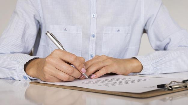 Лицо, подписывающее договор или сертификат Бесплатные Фотографии