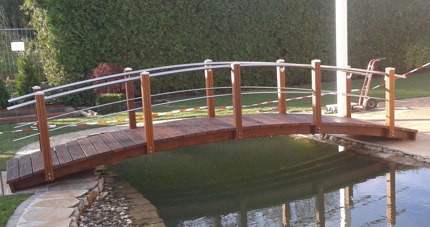 Große Teichbrücke mit beidseitigen Geländer