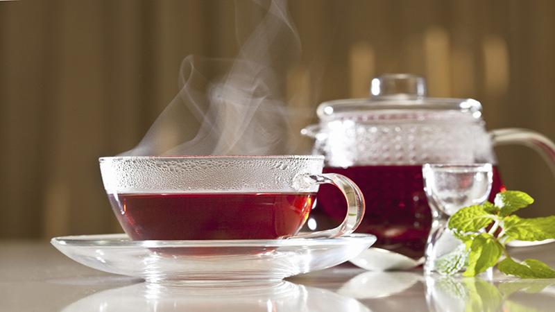Chá de hibisco realmente ajuda a emagrecer? Saiba os benefícios!