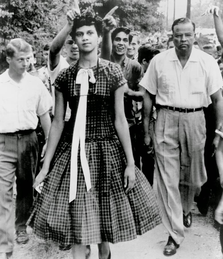 En  el Estados Unidos aún salpicado por la segregación racial fue noticia esta imagen de Dorothy Counts, una de las primeras estudiantes negras en entrar al nuevo instituto interracial Harry Harding High School, en Charlotte, North Caroline (USA). Aún quedaba mucho camino por recorrer, como se aprecia en las burlas de los compañeros inmortalizadas por la instantánea de Moarty