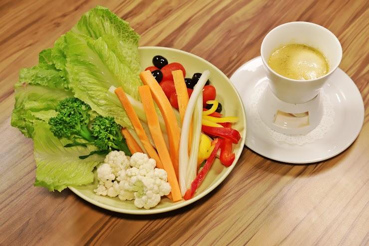 本商品不附蔬菜 這道傳統的皮耶蒙醬,早在東京蔚為風尚流行的一道料理。遵循古法,用橄欖油慢慢的,慢慢的將蒜頭、鯷魚碎末來煸出飽滿的香氣。熱熱吃或冷著吃,風味截然不同,值得您細細品味。