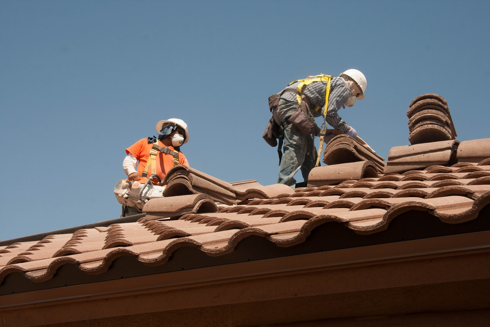 Roofing_workers_fall_prevention_(9253637735).jpg