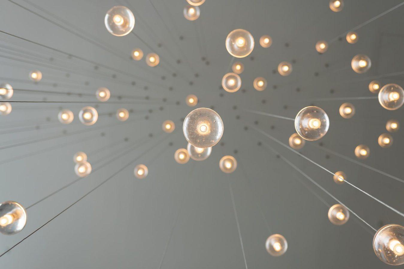 Kreatywne żarówki zwisające na linkach z sufitu