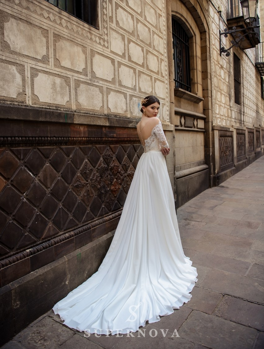 Пряма весільна сукня зі шлейфом