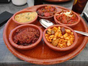 Cazuelas con productos manchegos
