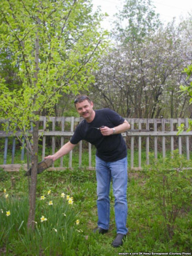 Михаил Бочкарёв в саду родственников в Павлове