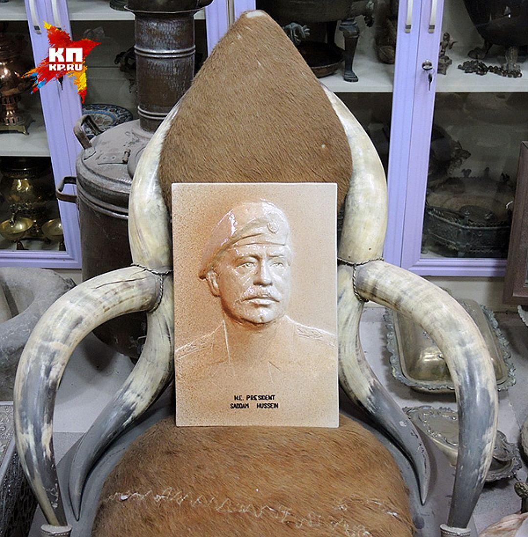 Портрет Саддама Хусейна в кресле из слоновой кости. Фото: Дарья АСЛАМОВА