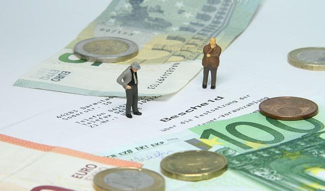 ALT= figurki mężczyzn stojące na banknotach
