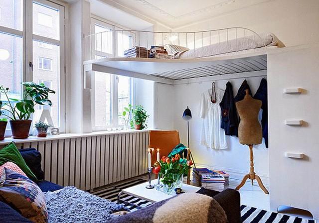 Phòng ngủ với gác lửng ngập tràn ánh nắng.