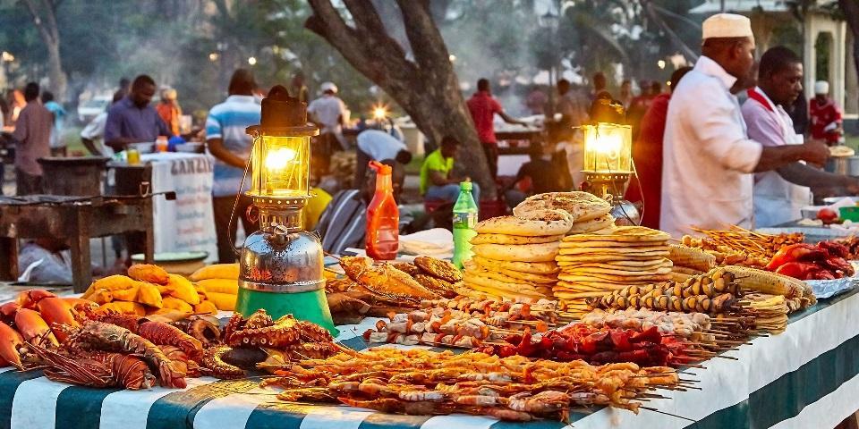 Изображение выглядит как еда, стол, человек, рынок  Автоматически созданное описание