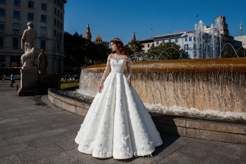 Пишна весільна сукня зі спідницею в складки