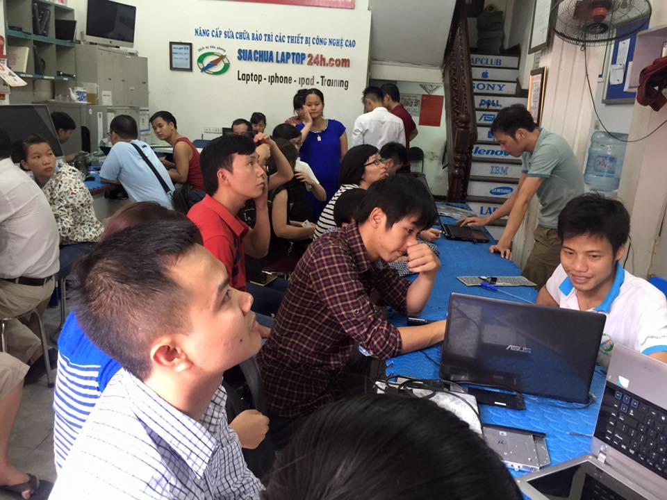 khách hàng đến vệ sinh, bảo dưỡng sửa chữa laptop