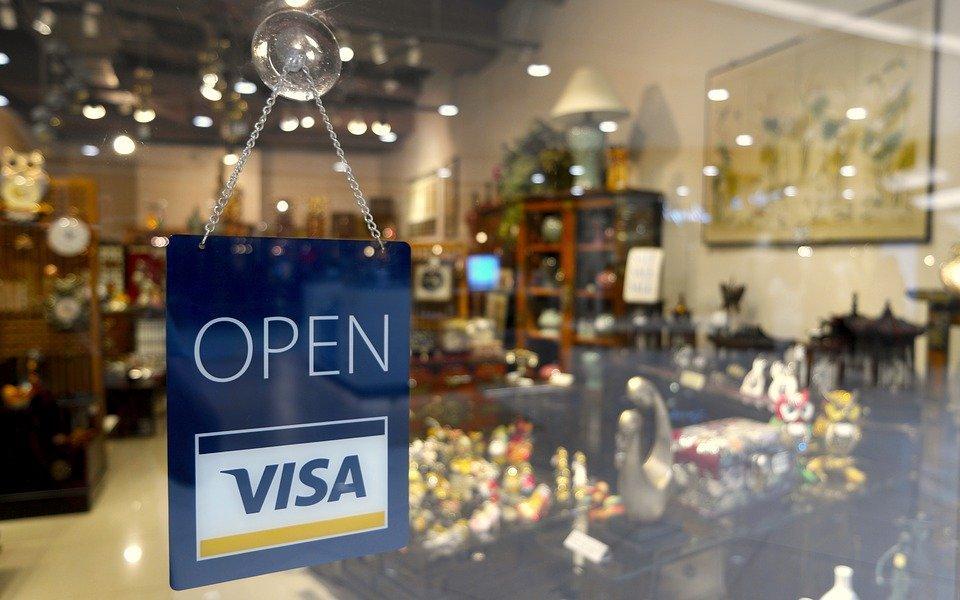 Toko-toko di berbagai negara dunia umumnya menyediakan pilihan pembayaran menggunakan kartu kredit.