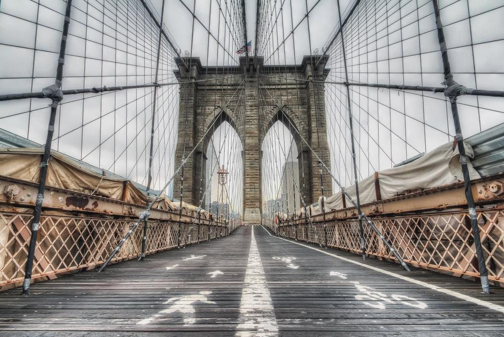 Passarela da ponte do Brooklyn, atualmente utilizada por ciclistas e pedestres (Fonte: Shutterstock)