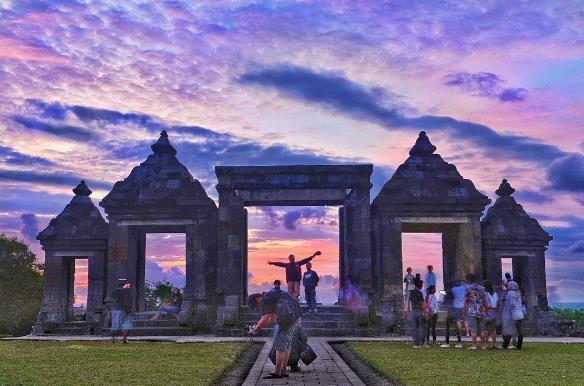 Candi Ratu Boko saat sunset menjadi destinasi wisata keren di Jogja