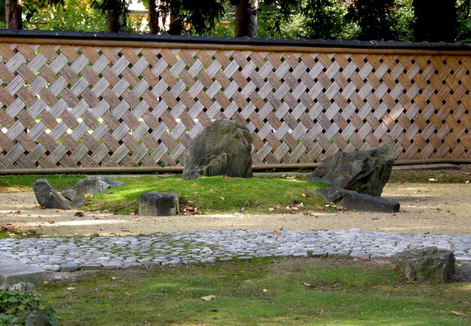 Japanese_Garden_(Schönbrunn;_'Karesansui'_part_-_Turtle_Island_and_Ajiro_style_fence)_20081007_060.jpg