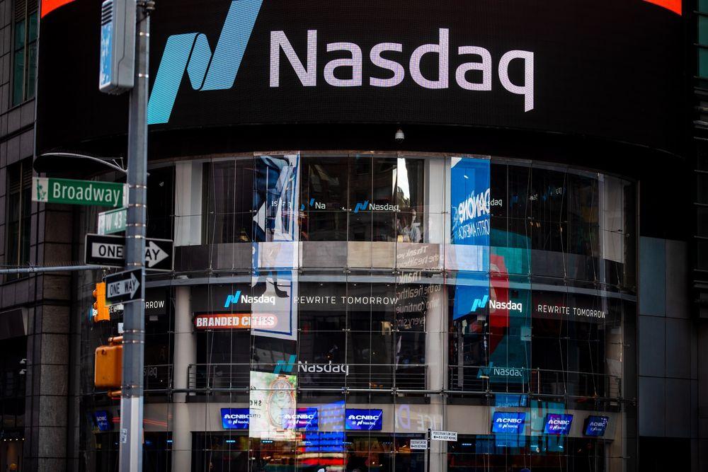 Сайт рынка Nasdaq в районе Таймс-сквер в Нью-Йорке, США