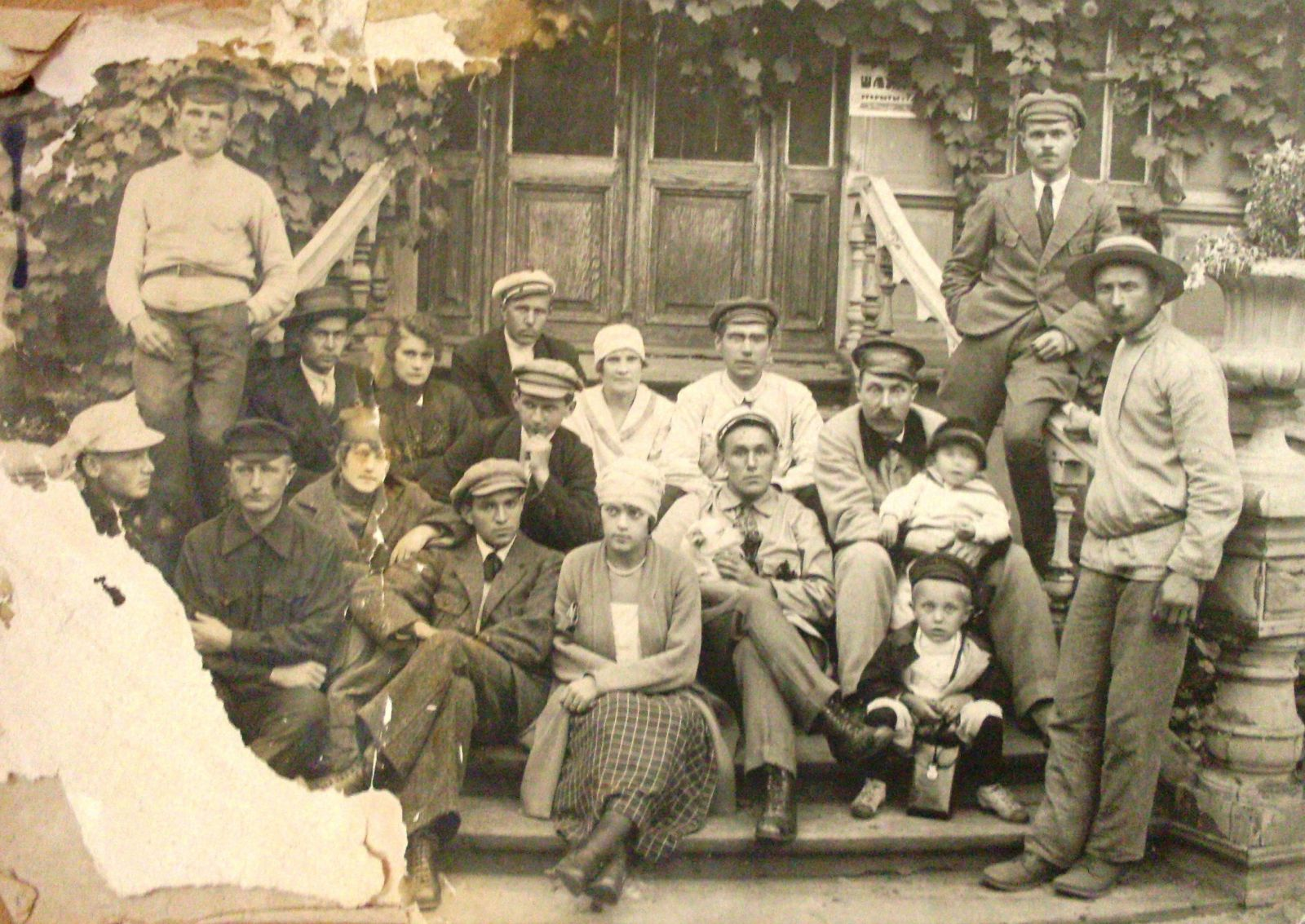 Робітники харківського паровозобудівельного влітку 1918-го, за часів гетьманату. Вид цілком пристойний. Але хотілося більшого