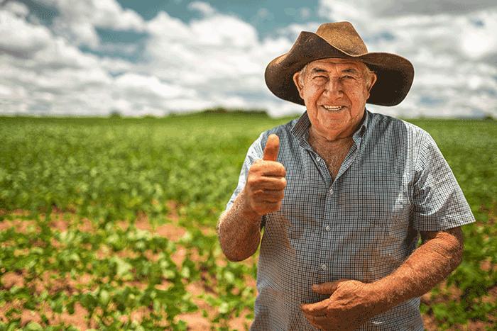 Senhor feliz em sua fazenda