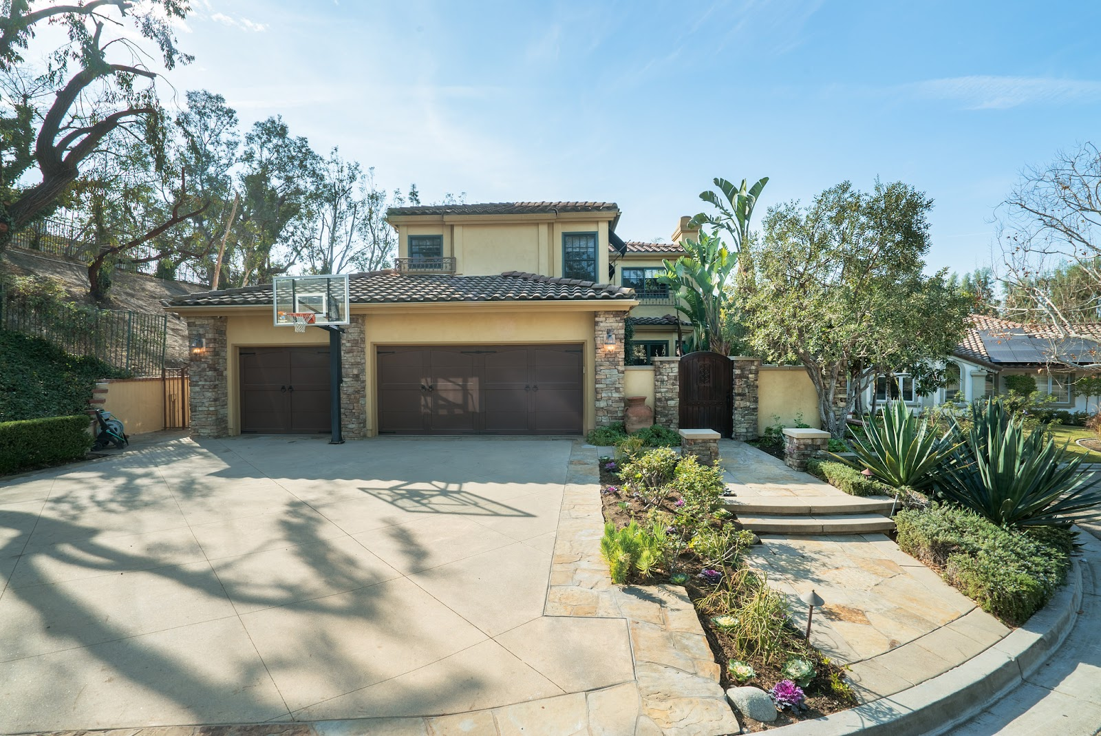 Quality Cul-de-Sac Home With Separate Guest House