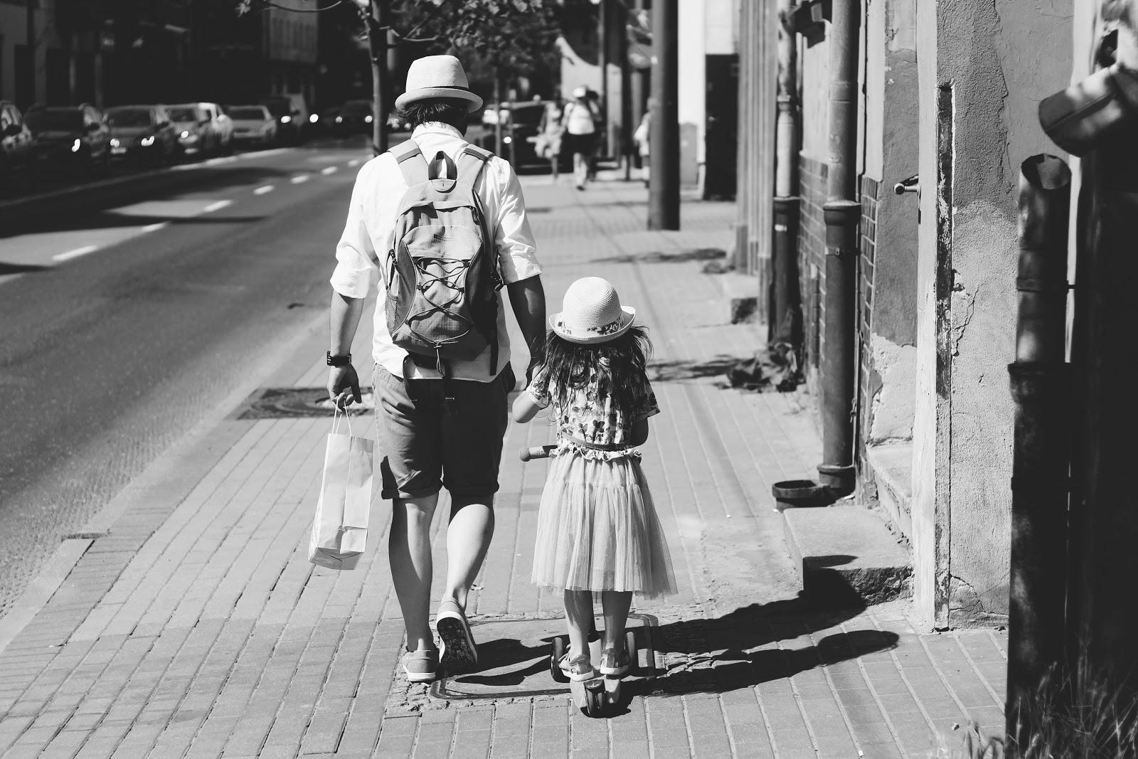 אבא מטייל עם ילדה