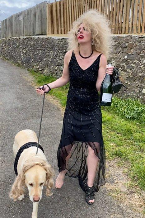 Mujer usa viste disfraz de chica ebria mientras paseo con su perro