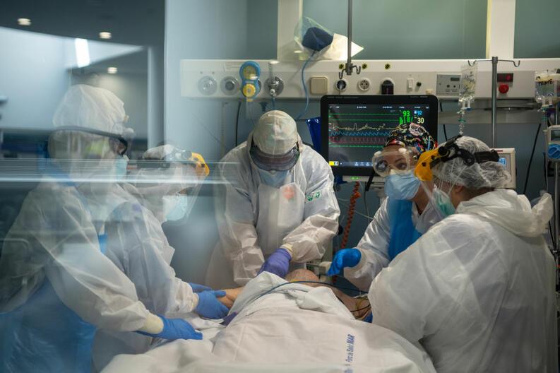 coronavirus atencion covid 19 hospital del mar barcelona espana abril 15 2020 1218963867