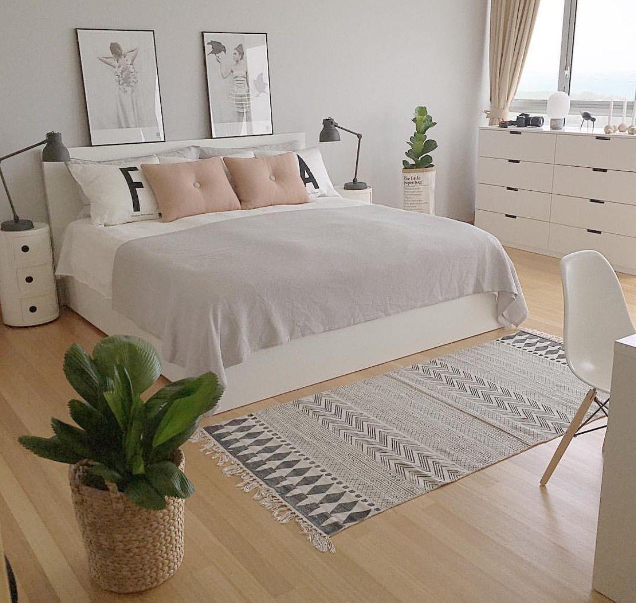 Phòng ngủ có màu trung tính nên bố trí thêm một ít cây xanh để làm điểm nhấn