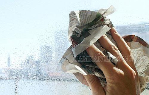 Dùng giấy báo lau kính