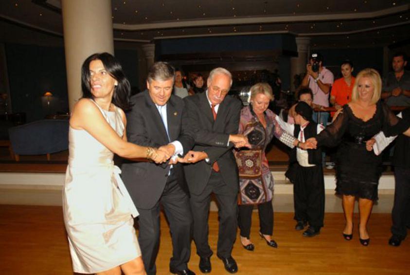 Η Κατερίνα Καραγιάννη σέρνει τον χορό έχοντας δίπλα της τον επικεφαλής της Deutsche Bank, Γιόζεφ Ακερμαν, σε εκδήλωση που διοργανώθηκε στο περιθώριο του 1ου Χρηματοοικονομικού Συνεδρίου Θράκης, στις 1