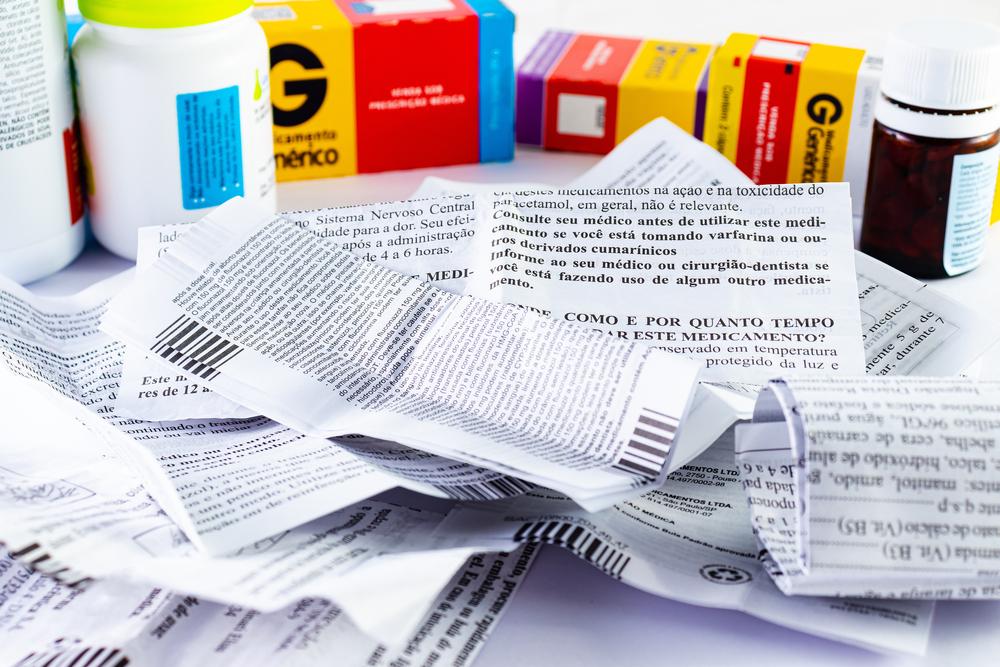 Leitura da bula de medicamentos é uma prática importante. (Fonte: Shutterstock)
