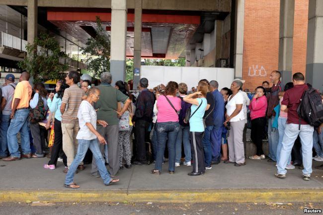Очередь в Каракасе в продуктовый магазин в ноябре 2018 года