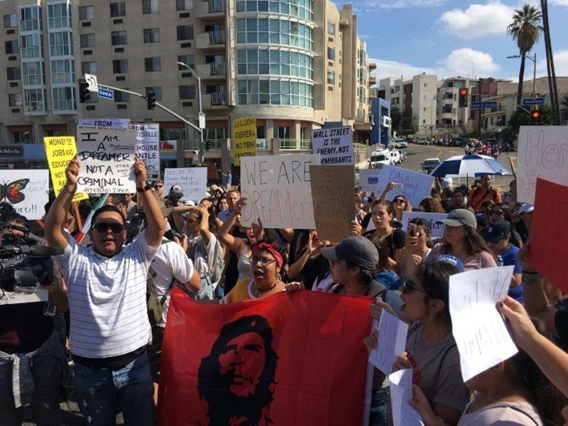 遊行者拿出古巴革命者切格拉瓦旗幟,象征革命和反抗。(記者張越/攝影)