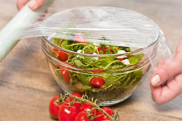 Không nên dùng màn bọc thực phẩm bọc cà chua