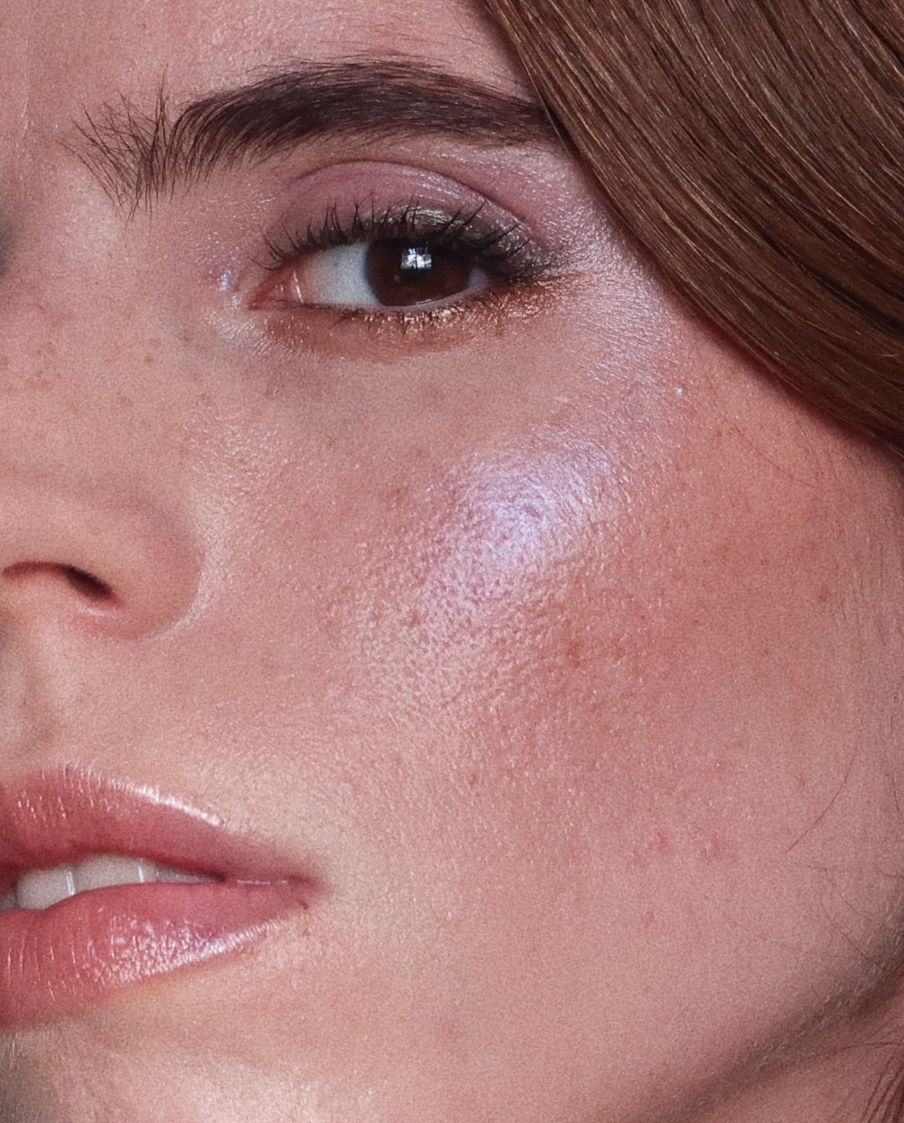 Peau naturellement éclatante : 3 astuces pour un glow naturel - Mettre en valeur le glow grâce au maquillage