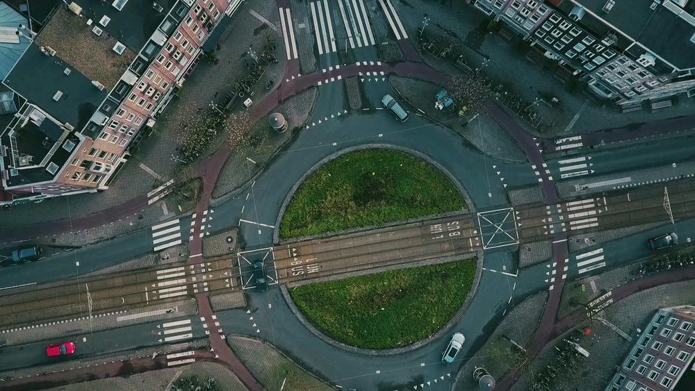 Vista de cima de uma rotatória e vias de acesso