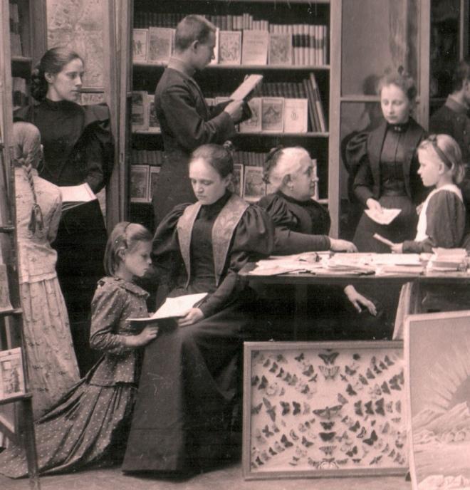 Христина Алчевська в недільній школі (третя справа)