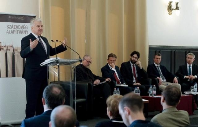 Віце-прем'єр Угорщини Жолт Шем'єн під час презентації книги під заголовком «Права меншин. Представлення інтересів. Автономність»