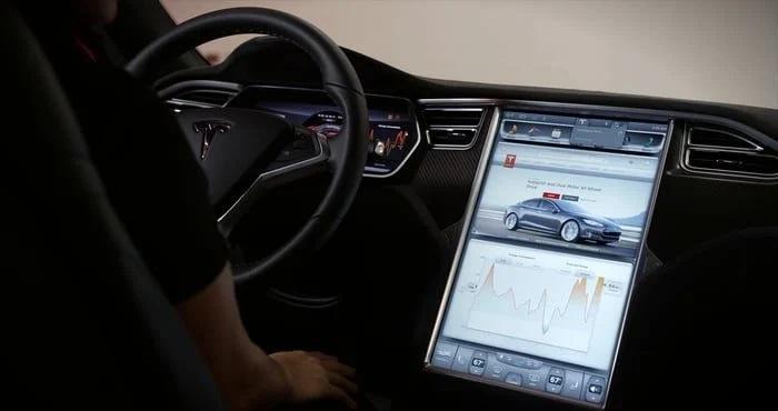 Além de um avançado sistema de direção, o Tesla Model S possui um display cinematográfico de 17 polegadas. (Tesla/Reprodução)