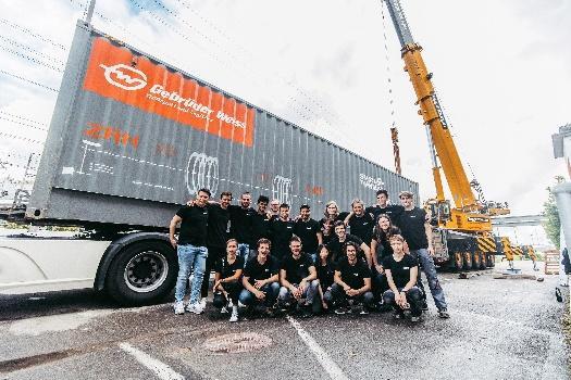 Gebrüder Weiss je hlavním sponzorem projektu Swissloop Tunneling na ETH v Curychu. Foto: Před námořním kontejnerem Gebrüder Weiss v Dübendorfu (Švýcarsko): Stefan Kaspar (vlevo), zakladatel a spolupředseda společnosti Swissloop Tunneling, se svým týmem. (Zdroj: Gebrüder Weiss / Sams)
