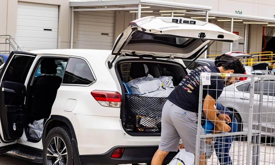 Motorista freelance da Amazon carrega seu carro com pacotes: rastreamento contínuo pelos algoritmos Foto: Kathy Tran / Bloomberg