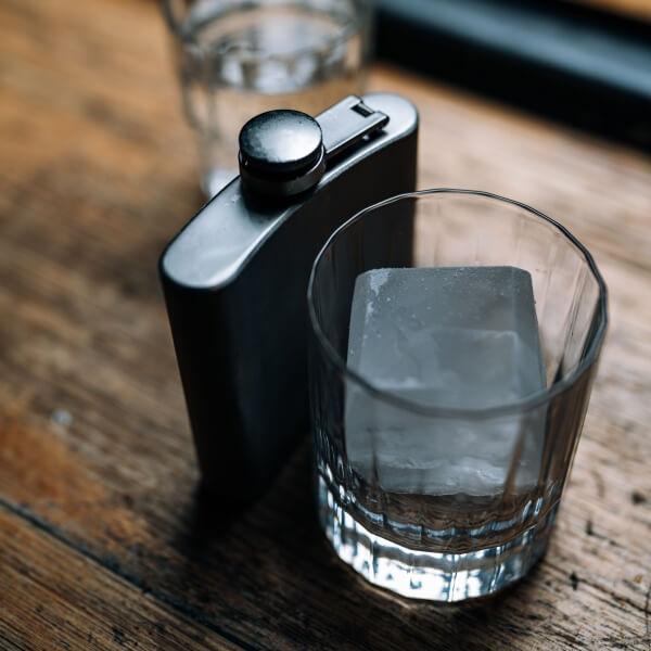 調酒應選用大塊、硬度夠的冰塊