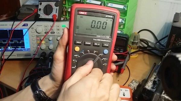 Chọn chế độ điện dung trên đồng hồ số kiểm tra tụ điện sống hoặc chết.