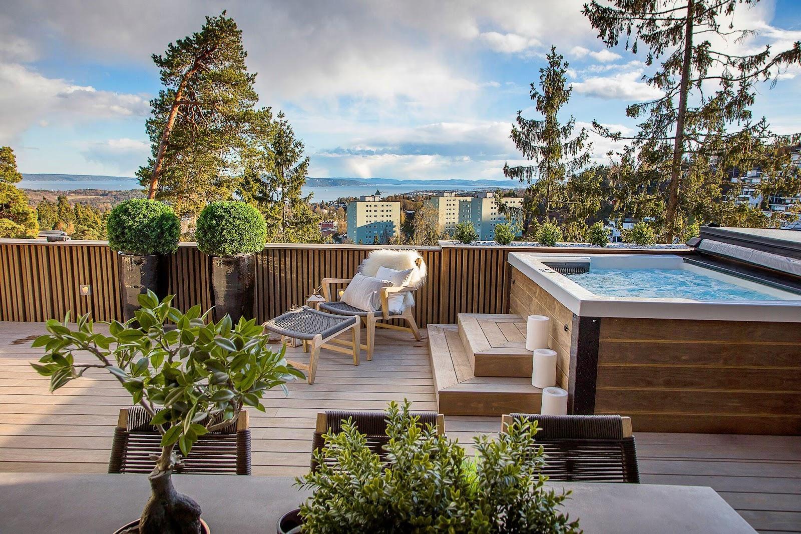 En terrasse med bassin