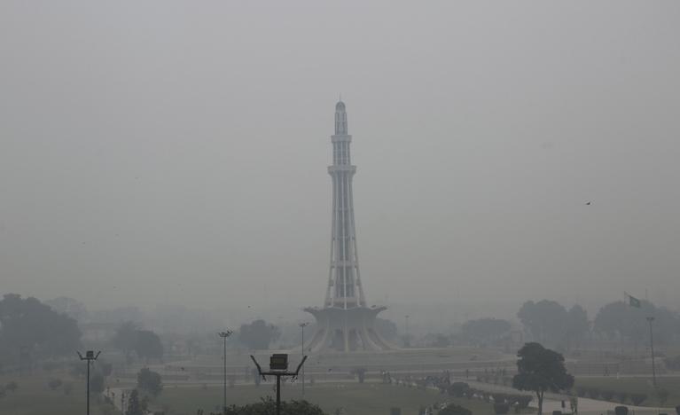 Minar e Pakistan in Smog
