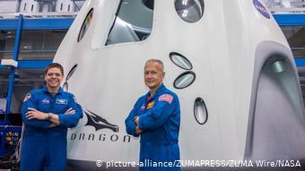 Американские астронавты рядом с кораблем Дракон, апрель 2020 года