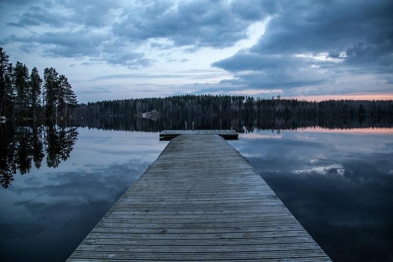 Pier de um lago con floresta ao amanhacer