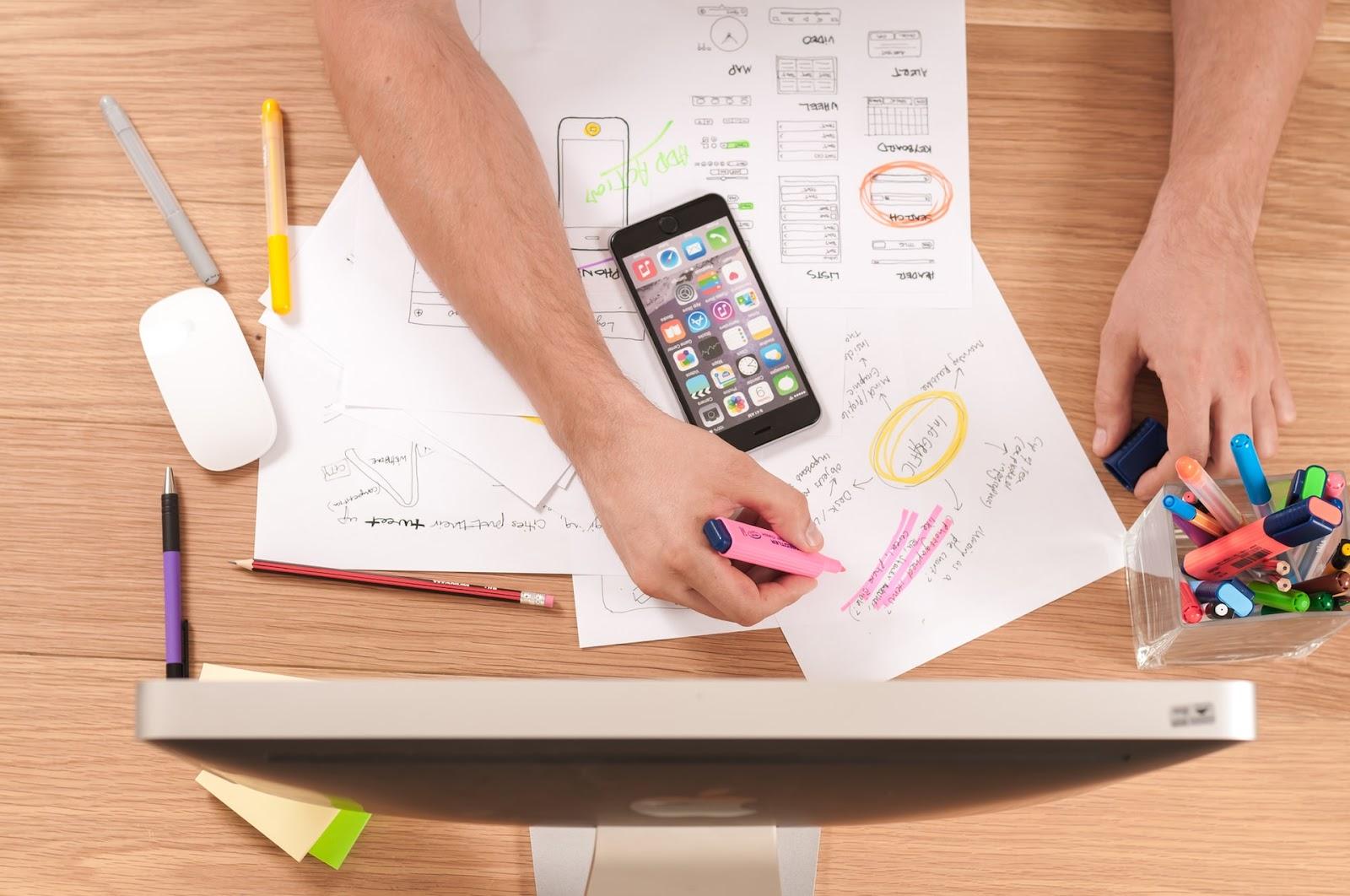A gestão de projetos organiza e gerencia as atividades necessárias para concluir um job em uma agência de comunicação (Imagem: Firmbee/Unsplash)